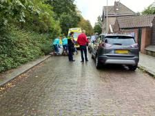 Fietsster knalt tegen openslaande autodeur in Deventer