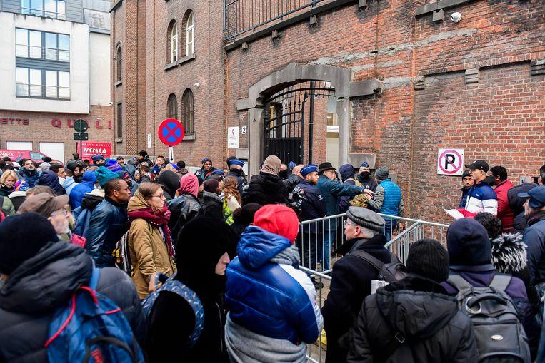 Asielzoekers schuiven aan bij het aanmeldcentrum van het Klein Kasteeltje in Brussel.