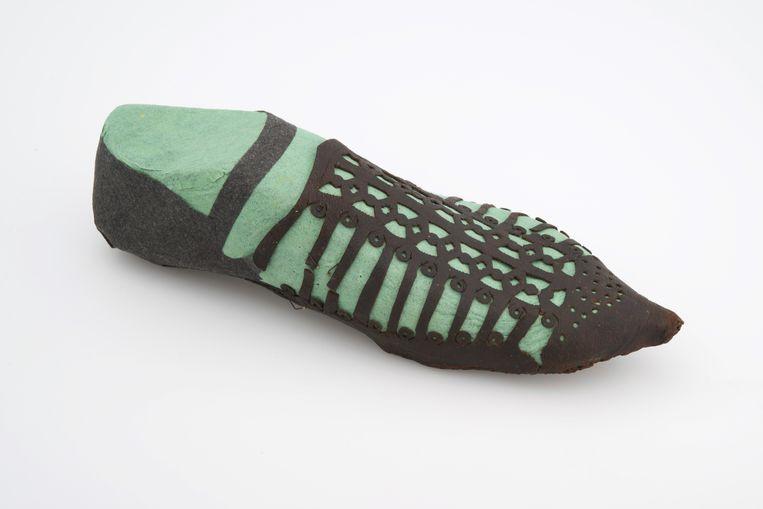Gerestaureerde middeleeuwse schoen uit het Dordrechts Museum. Beeld Jorgen Snoep