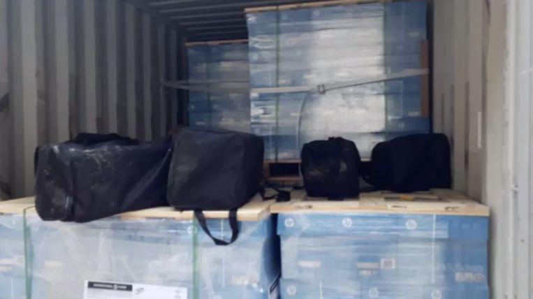 In een container met printpapier werden tassen met cocaïne ontdekt.