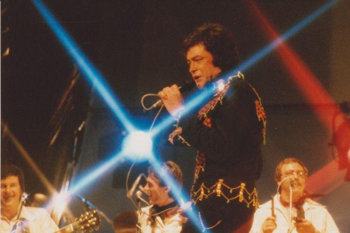 Jack Jersey eind jaren '70 in schouwburg De Kring. Midden onder een nog jonge Henny Vrienten, later bassist en zanger van Doe Maar.