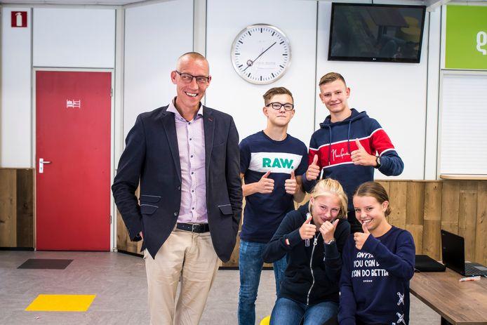 Greijdanus Enschede heeft de begintijd een half uur verlaat naar 9.00 uur. Leerlingen (vlnr) Ruben Koning, Bram Kremers, Lieke Luiten en Kirstie Boensma vinden het prima dat directeur Martin Brouwer dat heeft beslist.