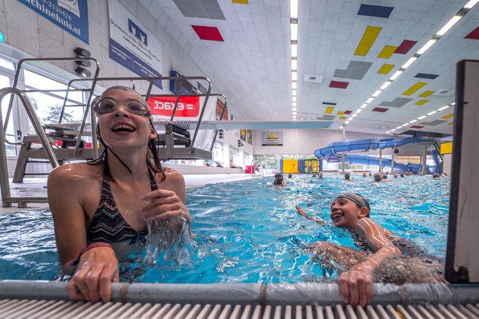 Plezier tijdens het zwemmen in zwembad Kerkpolder. Maandag opent het bad weer voor banenzwemmen en groepslessen.