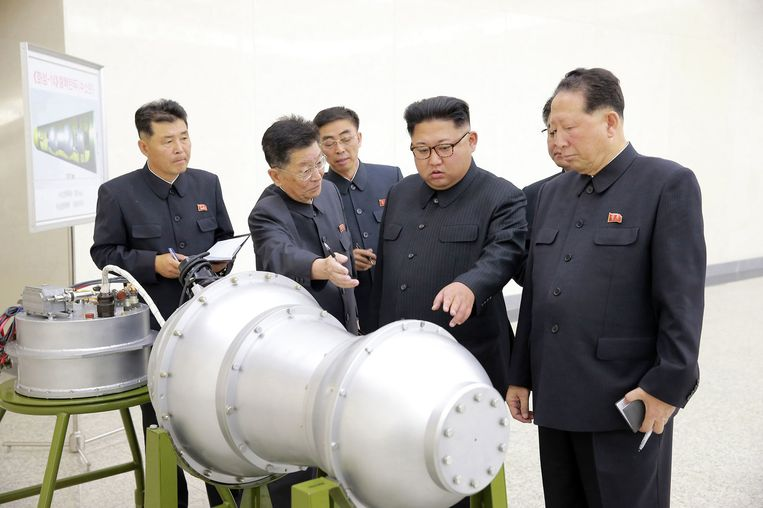 Kim Jong-un inspecteert een nieuwe waterstofbom die op een intercontinentale ballistische raket past.