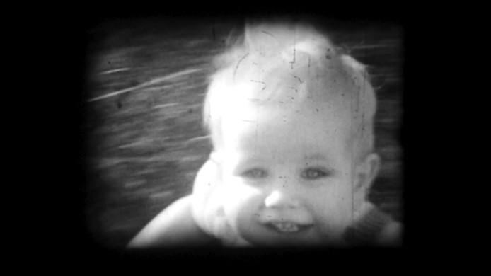 Beeld uit de videoclip van het nummer 'Gliese' van Job Roggeveen. Zijn opa filmde zijn vader op een mooie zomerse dag in Geldrop.