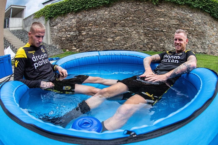 Alexander Büttner (links) en Maikel van der Werff herstellen na de training in een ijsbad.