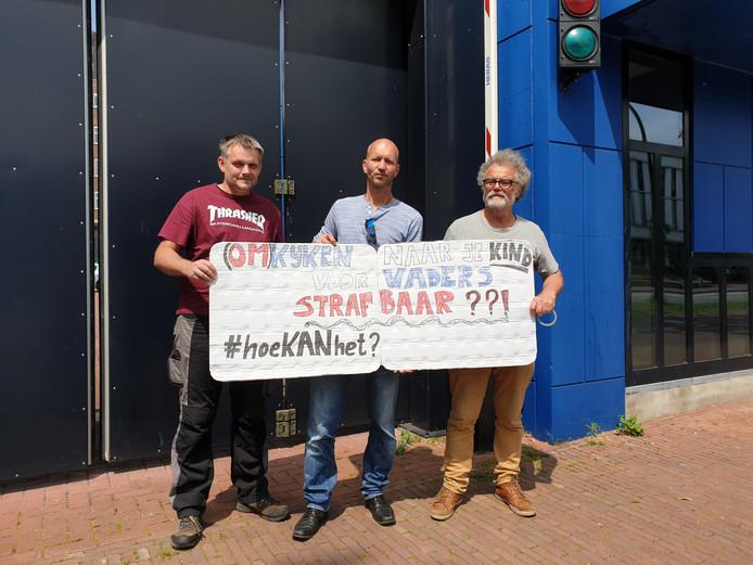 Gerrie Klijzing, Patrick Damhuis en Joep Zander (vlnr) protesteren bij de rechtbank in Almelo