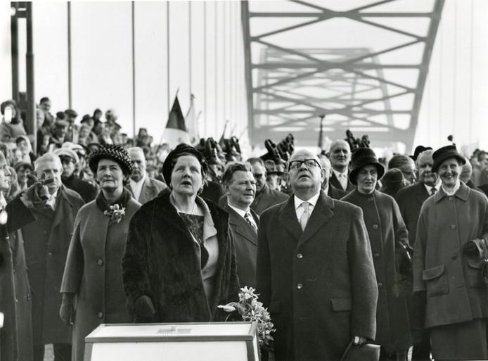 15 maart 1961: Koningin Juliana opent de Merwedebrug bij Gorinchem.