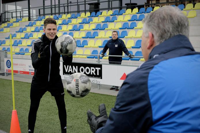 Op het trainingsveld is Joep Hoefnagels (links) hard aan het werk met vader Leon. Op de achtergrond staat tweede keeperstrainer John Strik.