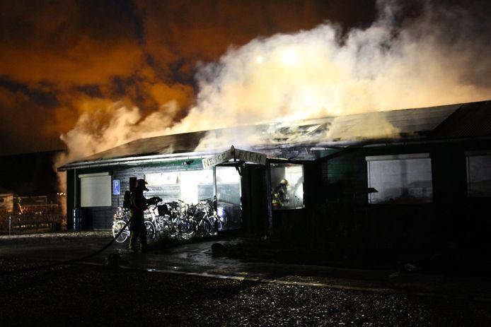 Het vuur zorgde voor stevige rookontwikkeling.
