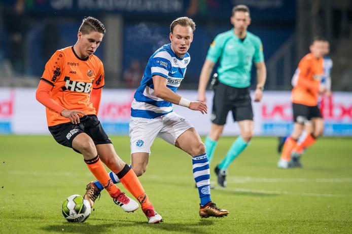 De Graafschap-speler Mark Diemers in duel met Joey Veerman van FC Volendam.