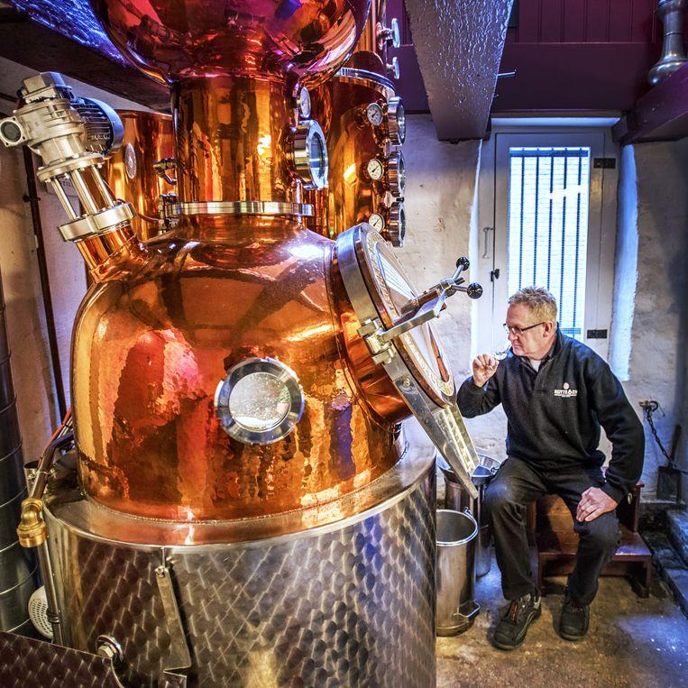 Distillateur Ad Vermeij proeft een product Beeld raymond rutting