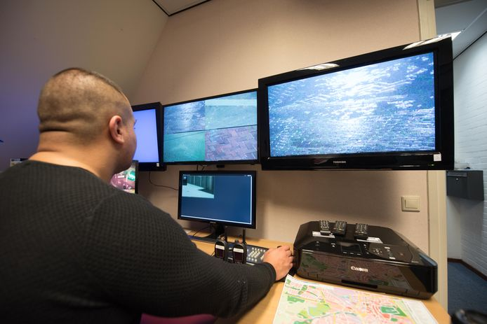 Beelden van cameratoezicht in het centrum van Almelo worden in de controlekamer bekeken.