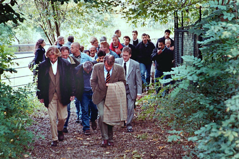 Justitie, advocaten en verdachten van de Villamoord rondgeleid langs de plaats van het delict. Beeld Marc Pluim