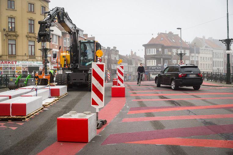 De knips staan aangegeven met borden en rode strepen, maar de automobilisten aan de Bargiebrug doen alsof het circulatieplan niet bestaat.