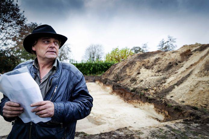 Jan Huzen bekijkt in november na afloop de graafwerkzaamheden van de politie op een perceel in het Drentse Koekange, in het onderzoek naar de in 1992 verdwenen Willeke Dost (15).