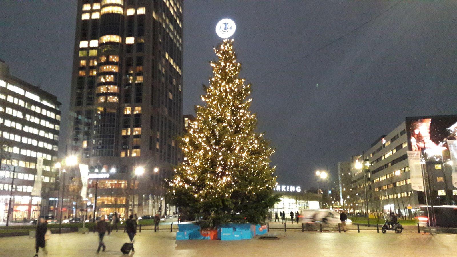 Kerstboom Stationsplein Schittert Met 17 000 Lichtjes Foto Ad Nl