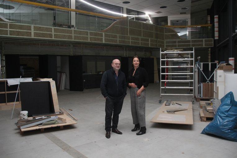 Cultuurschepen Johan Van Vaerenbergh (CD&V) en cultuurhuisdirecteur Ina Bal in de toekomstige foyer.