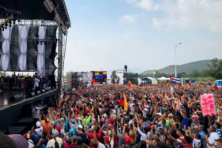 Het publiek voor het concert dat werd georganiseerd door aanhangers van Maduro aan Venezolaanse zijde van de grens.