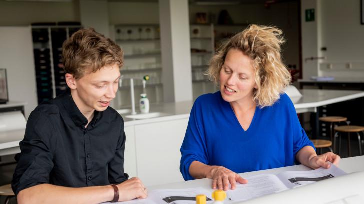 Directeur Roessingh buigt zich over eindexamen natuurkunde