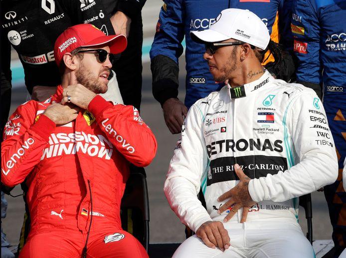 Sebastian Vettel zit naast Lewis Hamilton. Volgens teambaas Toto Wolff is de Duitser 'een outsider' voor een plekje bij Mercedes.