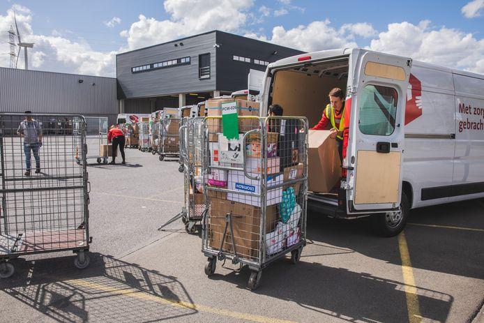 Ook tijdens de eerste lockdown werden veel meer pakjes verstuurd, maar dit keer zijn het er nog meer dan de piek dit voorjaar. Onder meer in het sorteercentrum in Gent is het druk.