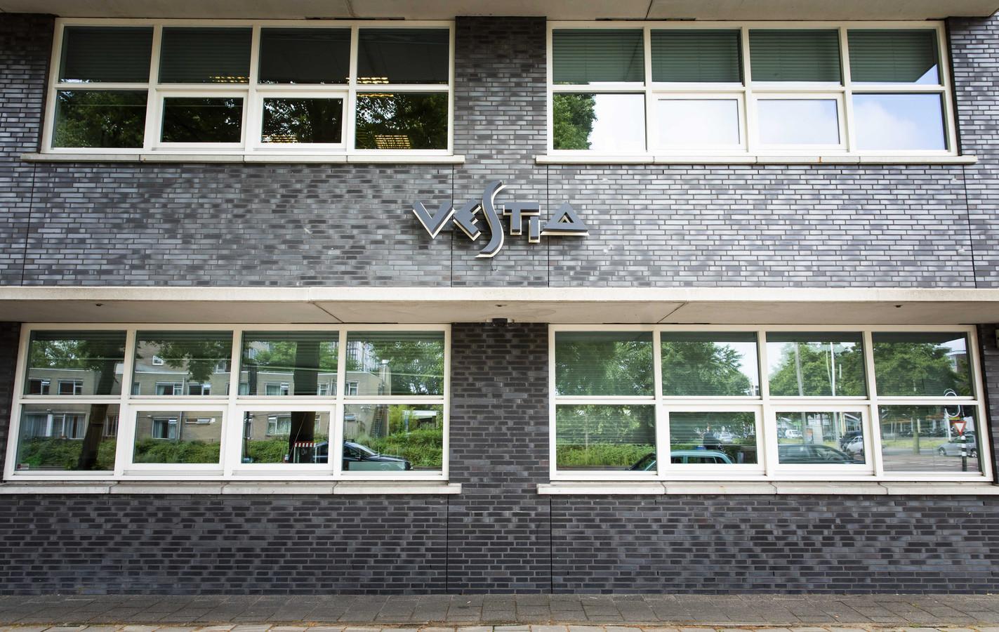 Op dit moment werkt Vestia aan een nieuw verbeterplan. Dat wordt in oktober verwacht. Dan moet ook duidelijk worden of de corporatie extra geld gaat vragen.