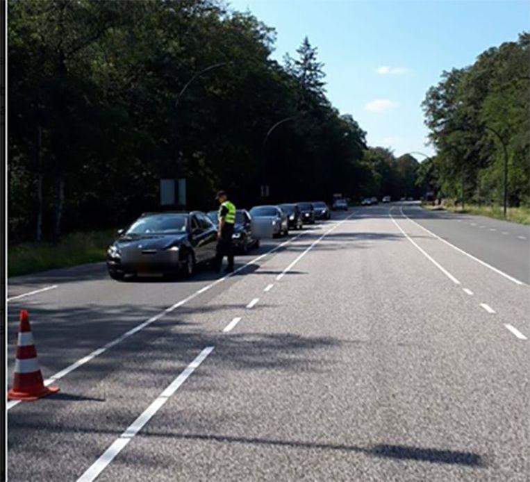 De politie voerde op de invalswegen van Enschede controles uit voor de handhaving van het noodbevel.