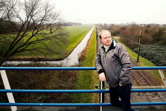 Klokkenluider Edwin Plug voor het weiland waar straks mogelijk een zonnepark komt. De exploitant wilde hem omkopen, zegt hij.