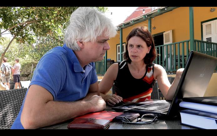 Roelof Visscher en zus Hermien, locatiemanager ter plekke, bespreken de problemen.