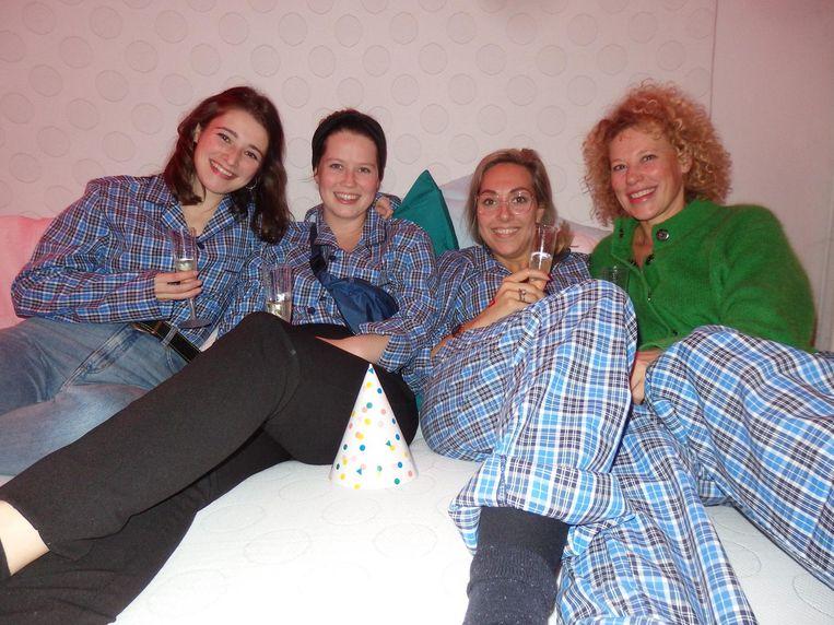 Studentes Merav Pront en Roos van Rongen, en gastvrouwen Leonie Goedemans en Sandra Planken van Studio Noun. 'Het matras is iets te zacht' Beeld Schuim