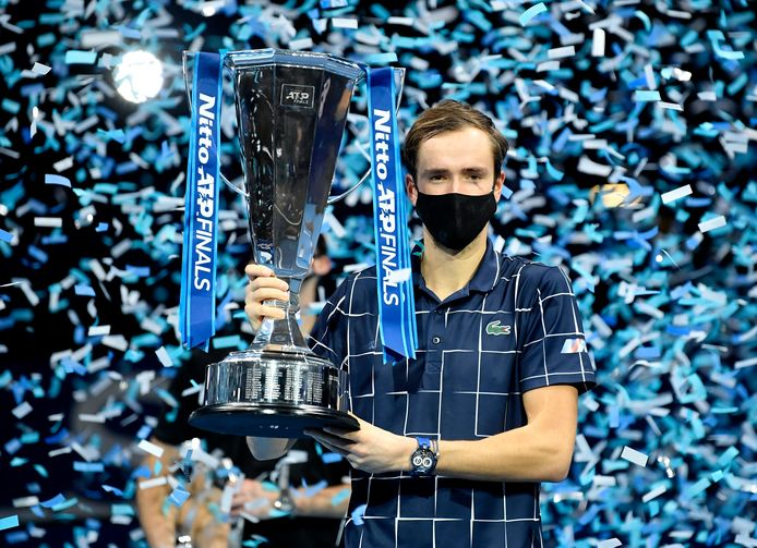 Daniil Medvedev met de trofee na de gewonnen finale van de ATP Finals in de O2 Arena in Londen.