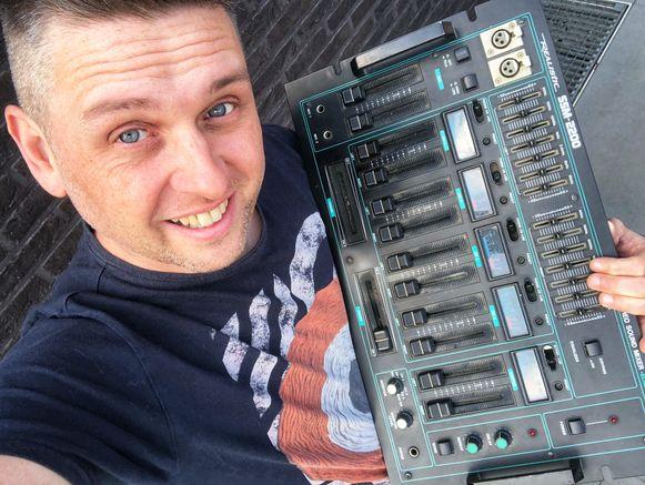 DJ Ward met zijn eerste mengpaneel uit de Tandy