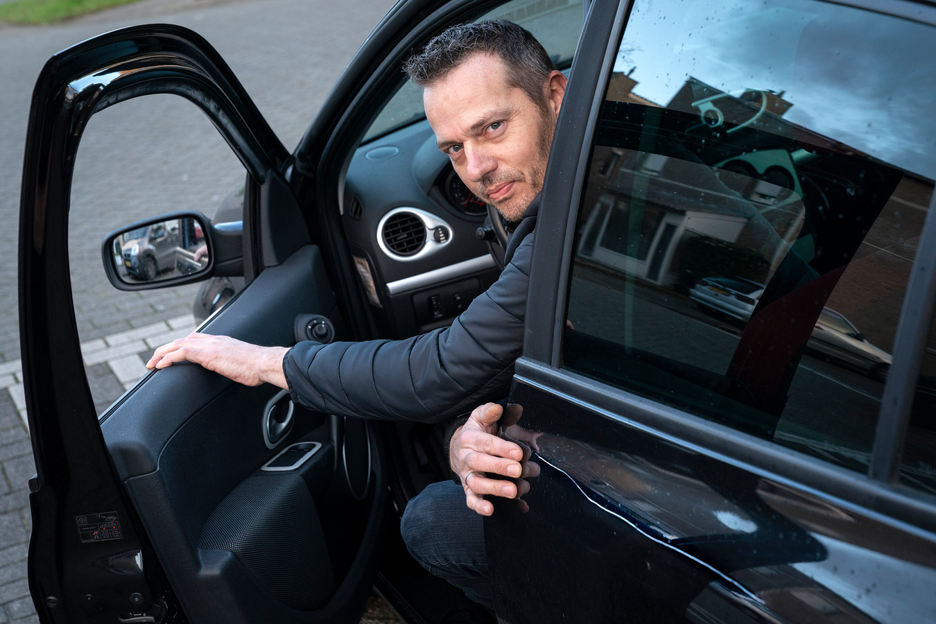 Nederland,  Den Bosch,  Roy D'Hert spreekt namens de bewoners van het Zilverpark waar circa 30 auto's werden bekrast.