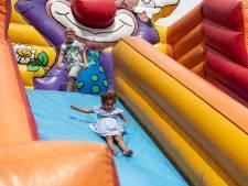 Kinderen kunnen lekker ravotten op het Van Heekplein in Enschede