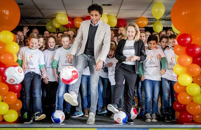 WEURO-ambassadeur Pierre van Hooijdonk en leerlingen van De Griffioen tijdens de eerste les uit het lespakket Kicken!