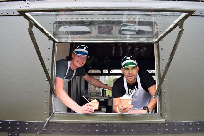 Sander Overweg (links) en Koos de Wolf in Softy's. Het treinstel is er speciaal voor omgebouwd.