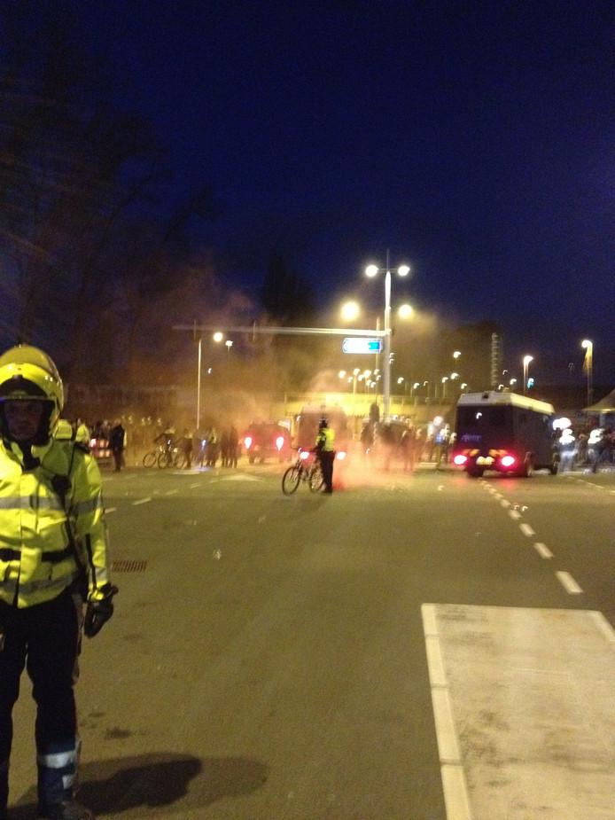 Na afloop van de wedstrijd PSV -Ajax braken relletjes uit waarna de ME moest ingrijpen.