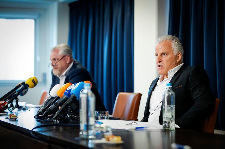Strafrechtadvocaat Peter Schouten en misdaadverslaggever Peter R. de Vries tijdens een persconferentie over ontwikkelingen in het Marengo-proces.  Beeld ANP