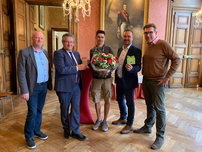 Alexander Diaz (midden) kreeg de bloemen van burgemeester Dirk De fauw.
