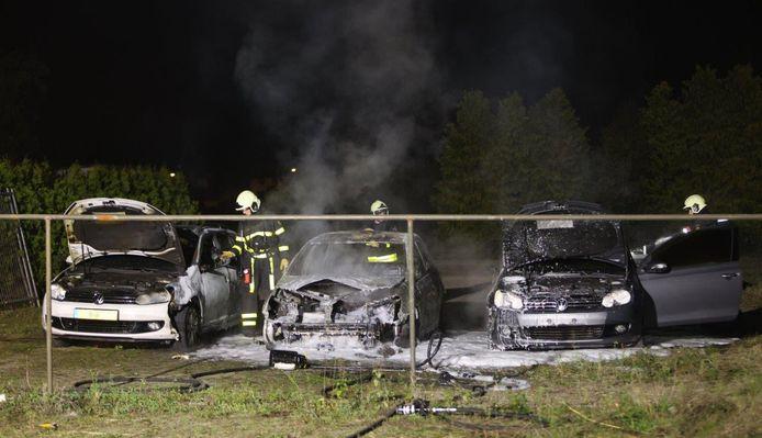 Aan de Korvertweg in Wijk en Aalburg zijn drie auto's uitgebrand.