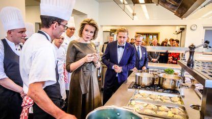 Koningin Mathilde, zonder stem, bezoekt hotelschool Ter Duinen