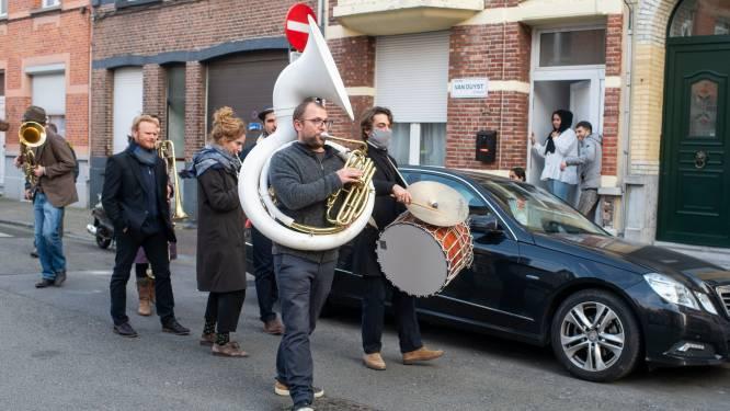 Fanfares zorgen voor vrolijk moment in geplaagd Deurne-Noord