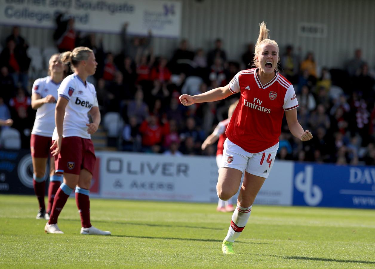 Jill Roord juicht na haar eerste officiële goal voor Arsenal.