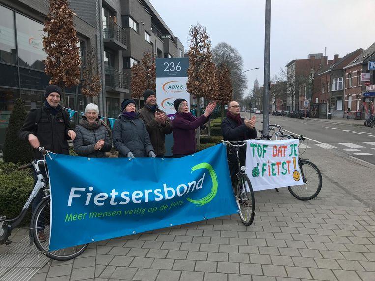 De Fietsersbond moedigt fietsers aan de overkant aan.