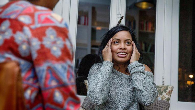 Een deelnemer van The Therapy Club in Amsterdam vertelt over haar gevoelens. Beeld Foto: Jean-Pierre Jans