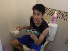 Thaise tiener in penis gebeten door slang op het toilet