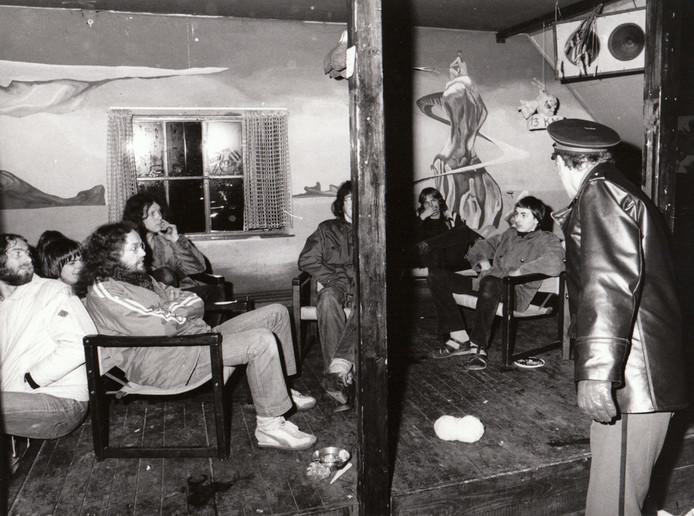 Jaren '70, jongerencultuur. Someren kreeg er zijn portie van mee dankzij Jongerencentrum Expand Spirit Someren. De JESS , zoals het centrum kortweg werd genoemd, huisde op de zolder van de oude Ruchte. Die zolder was te klein voor de vele jongeren die de JESS bezochten en ze klaagden dan ook over de gebrekkige huisvesting. Klagen? Welnee, het werd meteen een volwaardig protest, een bezettingsactie. Daaraan werd in de nacht van 29 op 30 maart 1980 een einde gemaakt met een heuse politieinval. De JESS-jongeren werd voor onbepaalde tijd de toegang ontzegd en JESS stierf een stille dood. Twaalf jaar later erfde Xymox de oude JESS-kas.