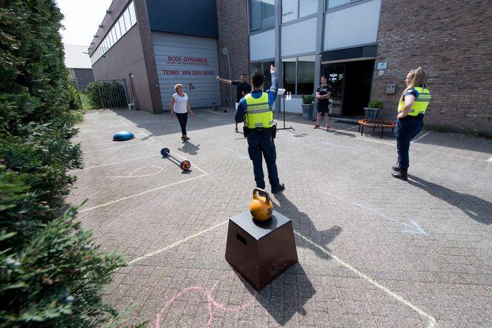 Sportschoolhouder Tenny van den Berg (l) overlegt met handhaving of ze haar sportlessen buiten mag geven.
