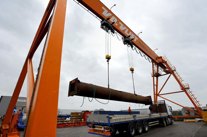 Het Moerdijkse havenbedrijf Van der Vlist is gespecialiseerd in op- en overslag van zware ladingen.